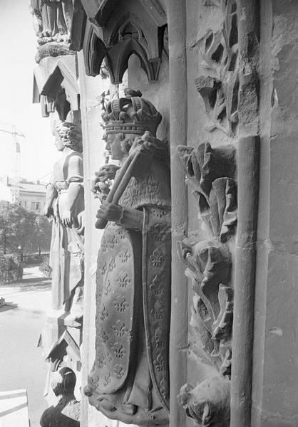 Portail central de la façade ouest, quatrième voussure gauche, deuxième rangée : saint Louis, profil gauche