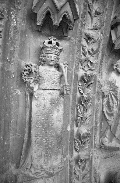 Portail central de la façade ouest, quatrième voussure gauche, deuxième rangée : saint Louis, de trois quarts droit