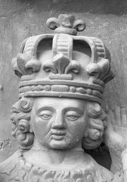 Portail central de la façade ouest, quatrième voussure gauche, deuxième rangée : saint Louis, détail de la tête de face