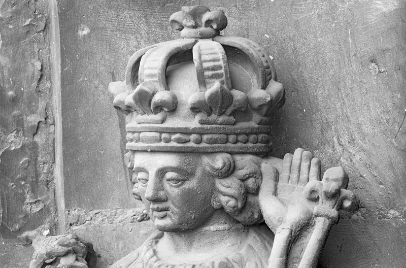 Portail central de la façade ouest, quatrième voussure gauche, deuxième rangée : saint Louis, détail de la tête de trois quarts gauche