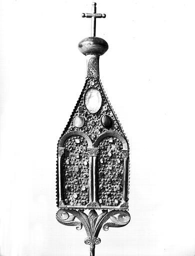 Reliquaire en cuivre doré avec plaques d'argent sur âme de  merisier, état avant restauration : face, surmontée d'une croix
