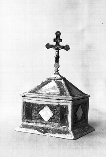 Boîte reliquaire surmontée d'une croix du saint Voile en argent et  nacre sur âme de bois