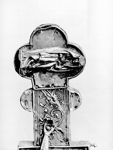 Croix processionnelle, face, médaillon du bras : la Vierge