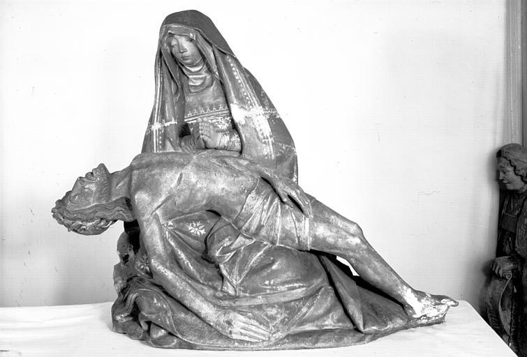 Groupe sculpté en calcaire : Vierge de Pitié