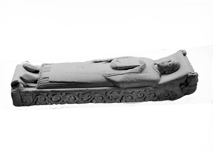 Statue en granit : gisant