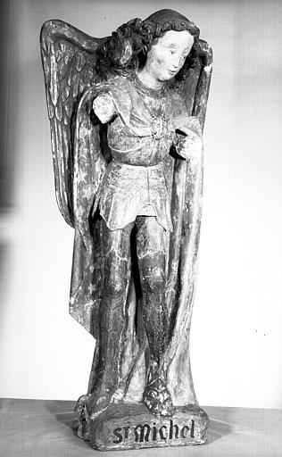 Statue en calcaire polychromé : saint Michel