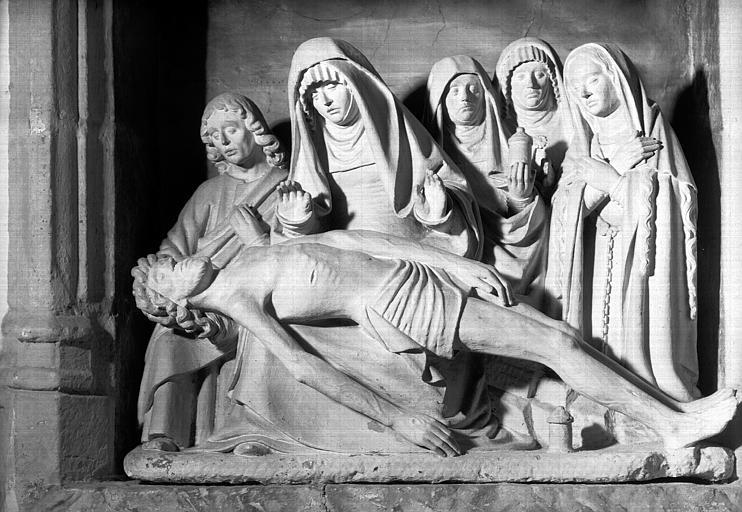Statue en pierre : Vierge de Pitié entourée de saint Jean et des  trois Maries