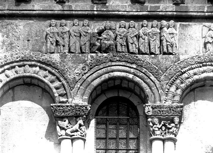 Arcature supérieure de la façade ouest avec relief du Christ entre  les apôtres
