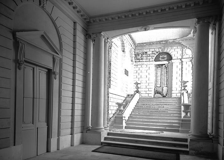 Intérieur du château : vestibule et escalier