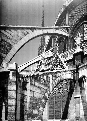 Partie supérieure sud-est de l'abside : arcs-boutants