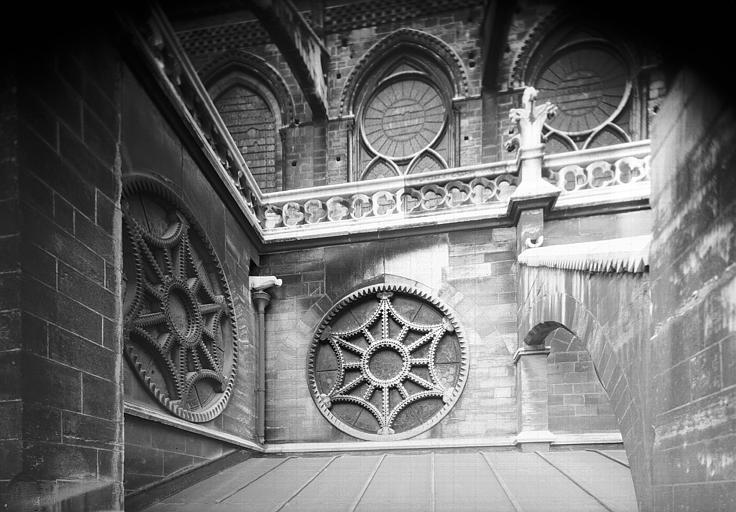 Angle du croisillon sud et abside à la hauteur des rosaces