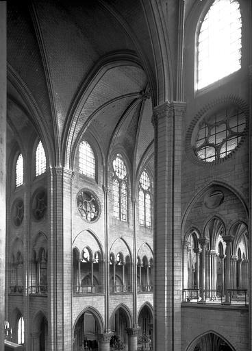 Intérieur, transept et nef : élévation des premières travées,  partie supérieure