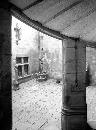 Cour : vue de dessous la tourelle d'escalier