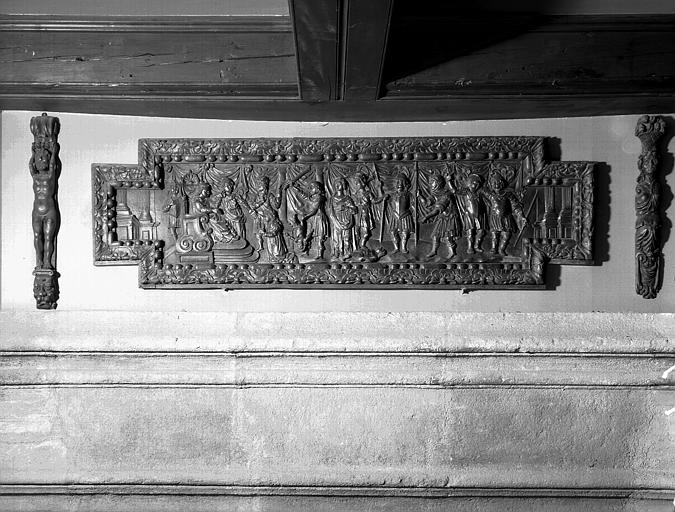 Bandeau de la cheminée située dans la grande salle du  rez-de-chaussée, bas-relief en bois : Jugement de Salomon