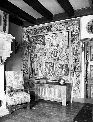 Fauteuil en tapisserie et coffre à serviettes en bois, situés dans  la grande salle du rez-de-chaussée