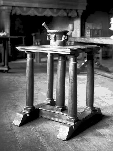 Table à cinq pieds colonnes et mortier en fonte, situés dans la  grande salle du rez-de-chaussée
