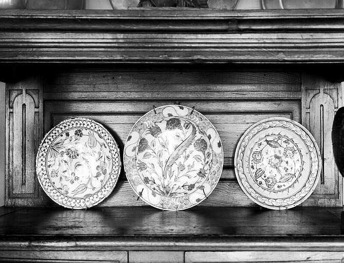 Trois plats ronds situés dans la grande salle du rez-de-chaussée