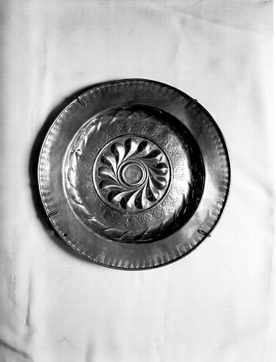 Plat de quête à godrons, cuivre repoussé, situé dans la grande  salle du rez-de-chaussée