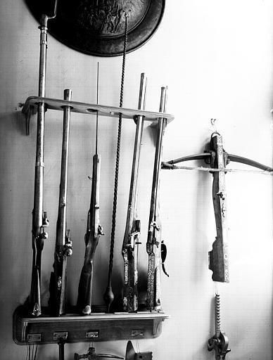 Ratelier avec armes à feu et arbalète, situé dans le vestibule :  ensemble