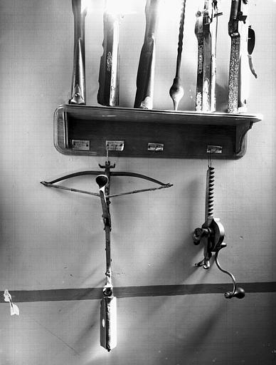 Ratelier avec armes à feu et arbalète, situé dans le vestibule