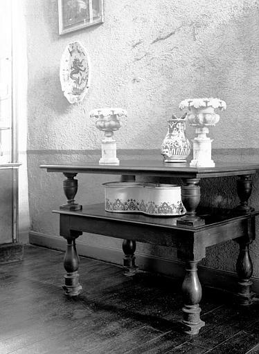 Table à double plateau supporté par balustres, bois, époque Louis  XV, située au palier du deuxième étage