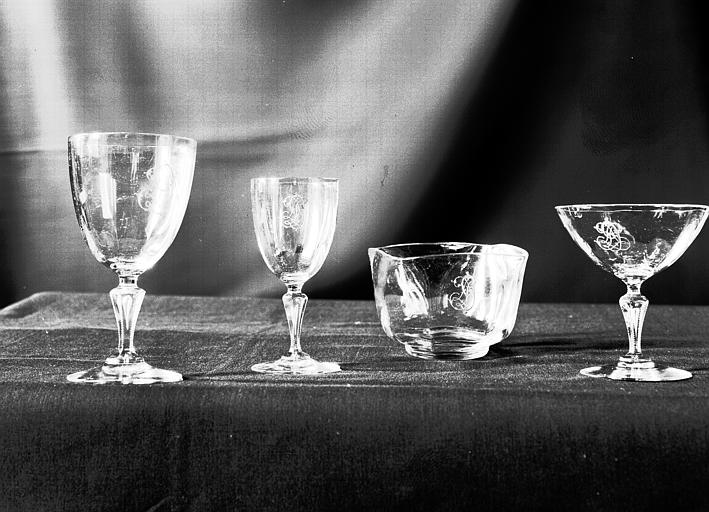 Verres à boire et rince-doigts en cristal, placés dans la vitrine  de l'escalier