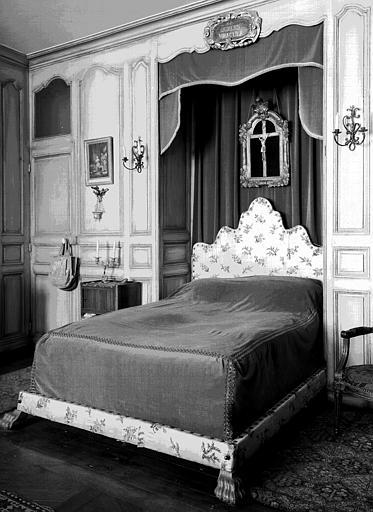 Lit capitonné de soierie, pieds à griffes, situé dans la chambre  du premier étage