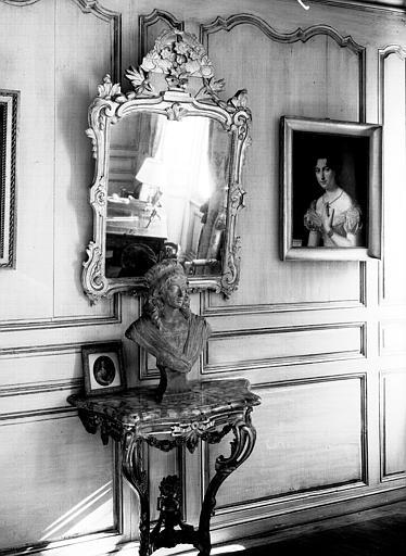 Glace en bois doré d'époque Louis XV et console en bois doré et  marbre rose d'époque Louis XVI, situés dans la chambre du premier  étage