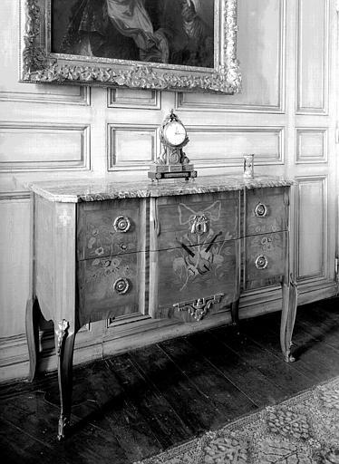 Commode en maqueterie violette et amarante, dessus de marbre,  située dans la chambre du premier étage