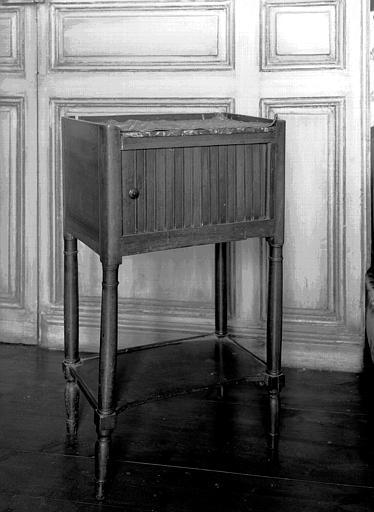 Table de chevet à volet, cerisier et dessus marbre, située dans la  chambre du premier étage