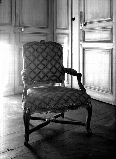 Fauteuil à entretoise, tapisserie ancienne, époque Régence, situé  dans la chambre du premier étage
