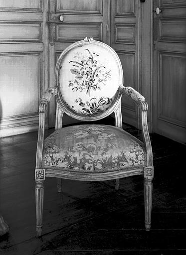 Fauteuil médaillon, Louis XVI, situé dans la chambre du premier  étage