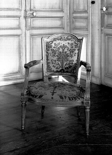 Fauteuil à chapeau signé Dupain et tapisserie d'époque Louis XVI,  situés dans la chambre du premier étage