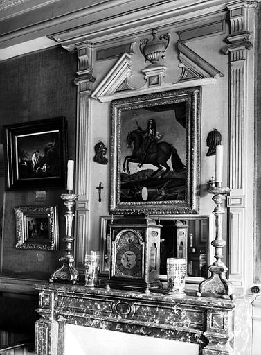 Peinture sur toile avec cadre en bois doré située dans la salle  17e siècle du premier étage : portrait de Condé à cheval et une  garniture de cheminée