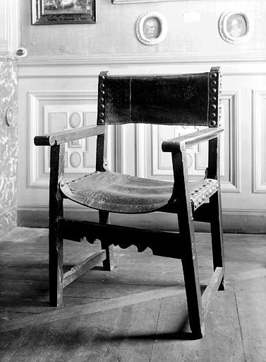 Fauteuil espagnol en bois et cuir à clous de cuivre, situé dans la  salle 17e siècle du premier étage