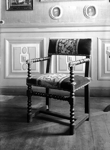 Fauteuil Louis XIII torsadé avec accotoirs à tête de lion, situé  dans la salle 17e siècle du premier étage