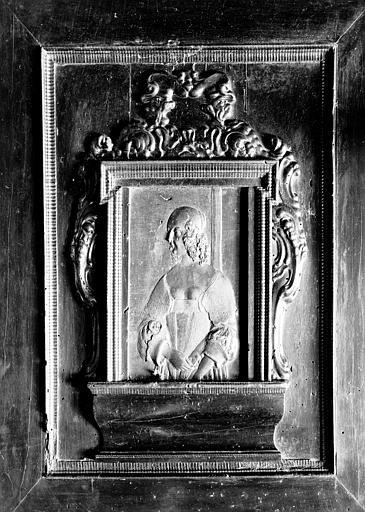 Salle 17e siècle du premier étage : jacquet en bois orné d'un  portrait sculpté de Marie Mancini, fermé