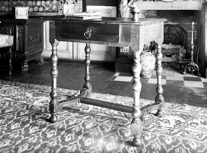 Salle des Consuls : table à entretoise incurvée, époque Louis XIII