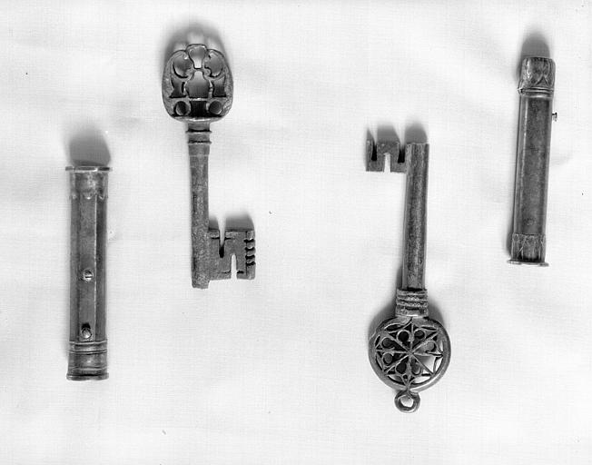 Salle des Consuls : deux clefs et deux étuis à cire, fer battu