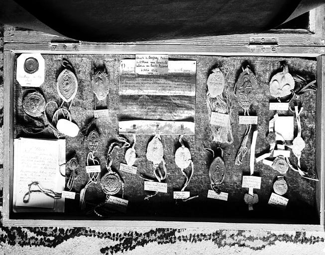 Salle 17e siècle du premier étage : ensemble de vingt-sept sceaux  dont certains datés du 13e siècle