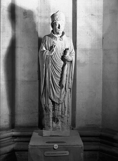 Statue en pierre : saint Germain l'Auxerrois