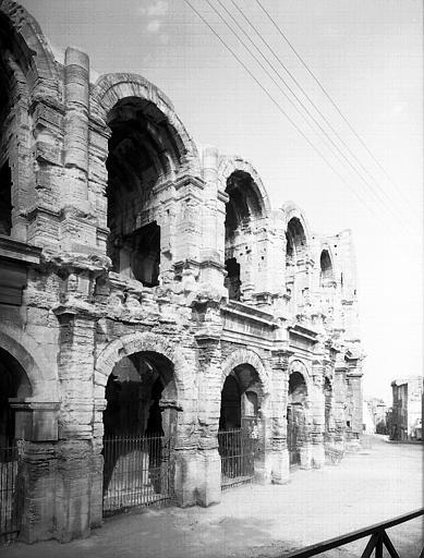 Extérieur : arcades du premier étage