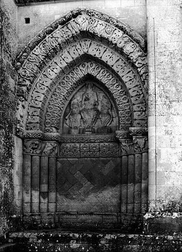 Façade ouest, portail côté sud, au tympan : Christ entre la Vierge  et saint Jean