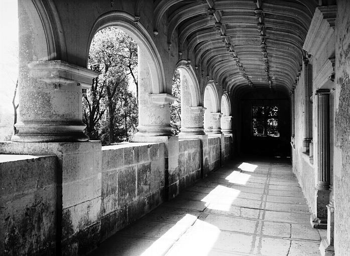 Façade principale : galerie du premier étage