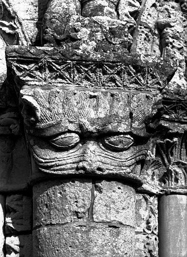 Façade ouest : chapiteau de la colonne contrefort à dextre du  portail