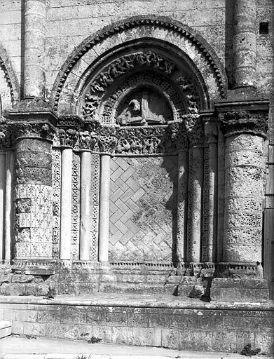 Façade ouest : baie aveugle, côté sud et au tympan, Crucifixion de  saint Pierre