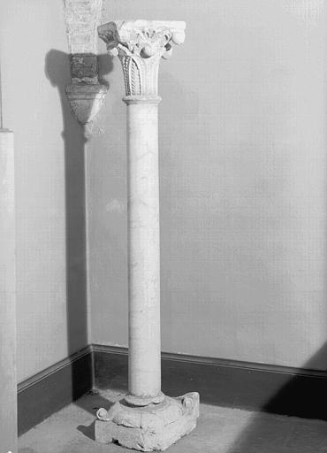 Chapiteau à crochets en pierre et colonnette en marbre blanc,  provenant de Grandselve