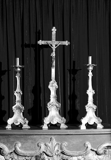 Crucifix et chandeliers d'autel en cuivre doré et croix sur âme de  bois d'époque Louis XV