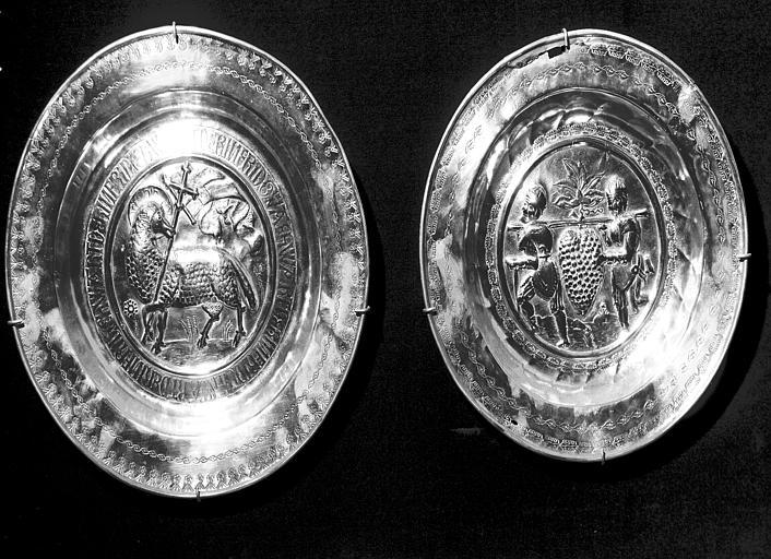 Deux plats de quête en cuivre repoussé provenant d'Allemagne : la  Grappe de Chanaan et l'Agneau crucifère