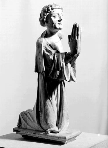 Statue en bois : chanoine agenouillé